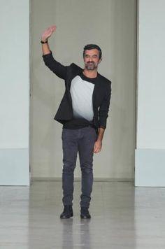 Un Paris-Porto pour Luis Buchinho qui nous accorde une interview face à la caméra du Fashion Post. Un avant-goût de son défilé Printemps Eté 2015