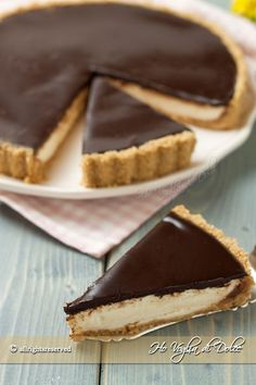 Mascarpone and chocolate tart without cooking- Crostata mascarpone e cioccolato senza cottura Mascarpone and chocolate tart without cooking, easy and fast. Recipe without oven, ideal in summer. A delicious dessert for snacks and special occasions - Delicious Desserts, Dessert Recipes, Yummy Food, Torta Angel, Sweets Cake, Italian Desserts, Italian Dishes, Italian Recipes, Love Food