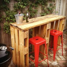 Old Pallets Ideas Pallet Bar - I got asked to make a friend a bar out of recycled pallets for next to his BBQ setup. This is the result, hope you like…… - I got asked to make a friend a bar out of recycled pallets for next to his BBQ setup. Palet Bar, Wooden Pallet Bar, Pallet Tables, Pallet Benches, Pallet Couch, Coffee Table Pallet Diy, Coffee Tables, Pallet Bar Stools, Pallet Crafts