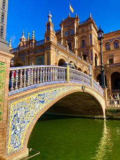 Plaza de Espana in Seville Places In Europe, Places To Visit, Anime Places, South Of Spain, Seville Spain, Spain And Portugal, Andalucia, Malaga, Tower Bridge