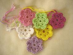 Is it a toy: Crochet doodle flowers free pattern - would make cute bunting Crochet Daisy, Crochet Flower Patterns, Flower Applique, Crochet Motif, Irish Crochet, Easy Crochet, Crochet Flowers, Free Crochet, Ravelry Crochet