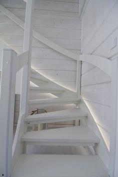 Staircase with indirect LED light. / Epäsuoralla LED-valolla valaistu portaikko. www.valaistusblogi.fi