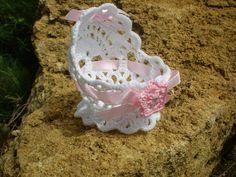 Berceaux réalisés avec coton blanc ou de couleur,finition ruban avec fleur au crochet et strass ou fleur en tissus,mesurant 7 cm de... Débardeurs Au Crochet, Crochet Dolls, Crochet Clothes, Crochet Baby, Baby Patterns, Crochet Patterns, Baby Shawer, Doll Furniture, Little Dresses