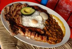 Bandeja Paisa, a very Colombian dish! Typical Colombian Food, Colombian Cuisine, Columbian Recipes, My Favorite Food, Favorite Recipes, Dominican Food, Tasty, Yummy Food, Yummy Yummy