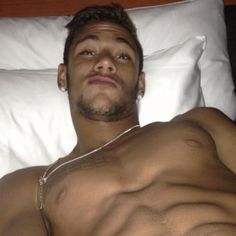Taking selfies while being naked* in bed. For Everyone That's Obsessed With The Brazilian Perfection That Is Neymar Neymar Jr, Fc Barcelona, Brazilian Soccer Players, Soccer Guys, Attractive Guys, Cutest Thing Ever, Football Players, Sexy Men, Naked