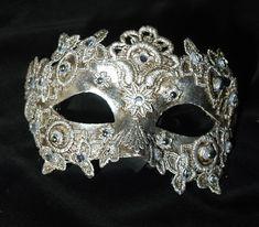 """Maschera """"Colombina"""" veneziana per donna, decorata. Color argento SA10. Maschera realizzata a mano in cartapesta. Decorata con foglia d'argento, pizzo macramè ed impreziosita da cristalli Swarovski e perle."""