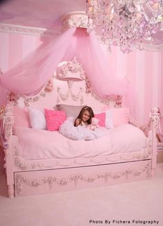 Fairytale bed !! So beautifu for a little girls room.