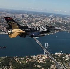 """""""Solo Turk"""" flying above #Istanbul #Turkey pic.twitter.com/26RXpNnCgl"""