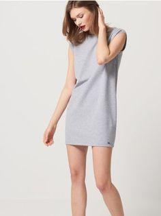 Mohito - Sukienka z wiązanym dekoltem na plecach Sukienka z dżerseju o krótkim, prostym fasonie delikatnie zwęzającym się u dołu. Głęboki dekolt z przecinającymi się paskam. Model bez rękawów. Dostępny w 3 kolorach.<br /><br />Wzrost modelki 180 cm<br />Modelka ze zdjęcia ma na sobie rozmiar S