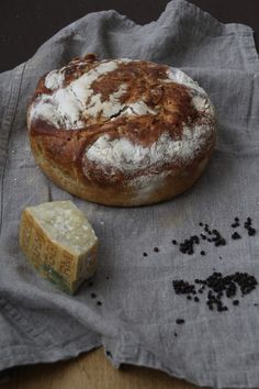 Eltefritt brød med svart pepper og parmesan Aioli, Bread Baking, Camembert Cheese, Bacon, Food And Drink, Muffins, Stuffed Peppers, Ost, Baking