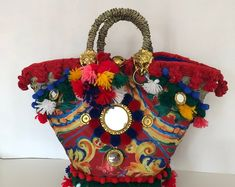 "Coffa siciliana ""Taormina"" Le coffe siciliane di Fernandita fatte a mano. Botanical Fashion, Fibre And Fabric, Diy Tote Bag, Beautiful Handbags, Red Bags, Basket Bag, Beaded Bags, Fabric Bags, Textiles"