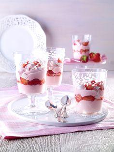 Himmlisches Erdbeer-Dessert -  Ein Schichtdessert aus Erdbeeren, Joghurt, Baiser und Creme