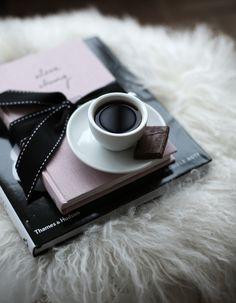 Le Café est présent ... même quand je lis et je prends des notes !