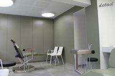 Praktijkruimte met groene accentkleur.
