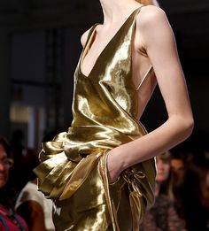 Details View of Julia Nobis at Altuzarra Spring 2014 RTW - Fashion Week - Runway, Fashion Shows and Collections - Vogue Fashion Mode, Gold Fashion, Fashion Details, Runway Fashion, Fashion Show, Glitter Fashion, Metal Fashion, Couture Fashion, Style Fashion
