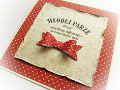Przestrzenna kartka w beżu oraz czerwieni, zdobiona delikatnymi przeszyciami, papierową kokardą oraz stemplowanym napisem. Wykonana z materiałów wysokiej jakości, z dbałością o każdy szczegół. W komplecie koperta.   Dostępna w sklepie internetowym Madame Allure!