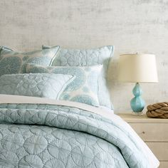 With its hand-stitched circular pattern on top-quality cotton, this quilt is lightweight and easygoing, yet has rich dimension and texture.