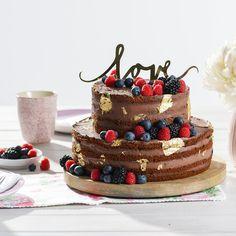 Perfekt für besonders festliche Anlässe. Diese zweistöckige Schokoladentorte überzeugt mit fruchtigen Beeren und einer hübschen Blattgold-Dekoration. Mum Birthday, Presents, Sweets, Baking, Desserts, Food, Muffins, Cakes, Feelings
