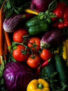 Healthy Fruits And Vegetables, Colorful Vegetables, Colorful Fruit, Planting Vegetables, Fruit And Veg, Exotic Fruit, Mixed Vegetables, Vegetables Photography, Fruit Photography