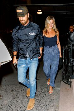 Jennifer Aniston and Justin Theroux Do Date Night Style at The Restaurant Where He Proposed Jennifer Aniston Style, Jenifer Aniston, Justin Theroux, Jen And Justin, David Beckham Style, Street Style 2018, La Mode Masculine, Stylish Couple, Casual Outfits