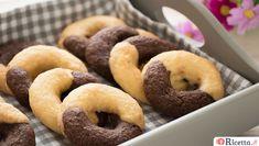 I famosi e buonissimi biscotti abbracci, frollini di pasta frolla bicolore, da gustare con una tazza di latte o caffé. Scopri come prepararli su Ricetta.it