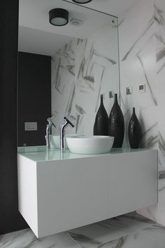 Design bathroom with New day basin from Sanindusa. Black and white decor.