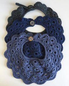 Smukke hæklede savlesmækker ~ 3 stk. 125,- pp ~ Kan bestilles i andre farver og tre forskellige størrelser: small, medium og large ☆ Crochet Baby Bibs, Crochet Gifts, Crochet For Kids, Crochet Clothes, Crochet Toys, Baby Knitting, Knit Crochet, Finger Crochet, Diy Baby Gifts