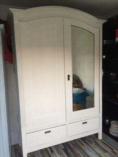 Roomwitte antieke kledingkast  4 legplanken aan binnenzijde   €225