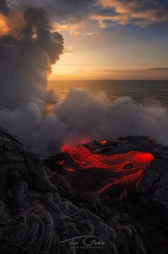 Hawaii - active volcano, definitely on to-do list! All Nature, Amazing Nature, Volcan Eruption, Beautiful World, Beautiful Places, Landscape Photography, Nature Photography, Design Spartan, Hawaii Volcano