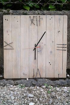 Horloge en bois pour l'atelier de couture de ma chère et tendre. Chiffres faits avec les clous de la palette. Environ 40 cms de haut. Mécanisme acheté sur le net.