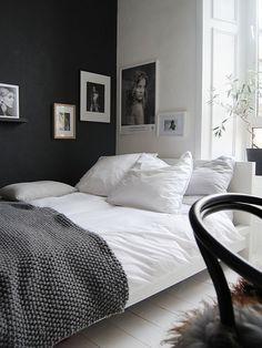 parede preta e quadros em quarto