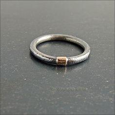 Лаконичное кольцо, которое можно носить самостоятельно или комбинировать с другими.
