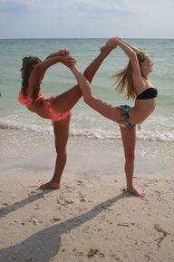 me and my best friend do this all the time. The first couple of times its kind of hard but if you keep doing it then it gets easy Photos Bff, Best Friend Photos, Friend Pictures, Best Friends, Friends Forever, Friend Pics, Partner Yoga Poses, Dance Poses, Partner Stretches