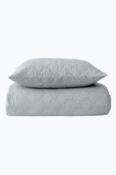 Överkast i tvättad kvalitet med quiltat mönster. Baksida i microfiber av…