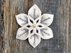 Handmade snowflake using felt, yarn & beads. This would make adorable Christmas tree ornaments or even cute on a gift box. Christmas Projects, Felt Crafts, Holiday Crafts, Fabric Crafts, Christmas Patterns, Felt Flowers, Diy Flowers, Fabric Flowers, Felt Christmas Ornaments