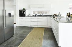 Stort härligt kök i vinkel. LUCKA: Line vit /alu | Ballingslöv. LOCATION: Högkvalitativt hus på bästa läge i Höllviken.
