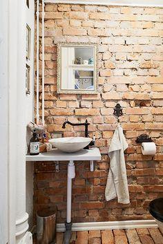 25 Chic Banheiros Com paredes de tijolo