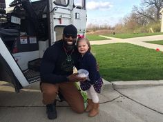 A little girl is warming hearts everywhere after she decided to gift her favorite garbage man with one of her birthday cupcakes because she is his biggest fan.