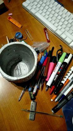 Per quanto pieno, la certezza è che sul fondo del porta penne, troverai sempre una graffetta. #pensapositivo