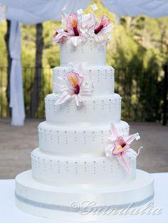 Tarta nupcial de 5 pisos decorada con perlas plata y orquídeas de pasta de azúcar.