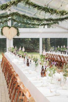 Bruidsfotograaf Madame Poppy. Rustieke bruiloft styling voor je festival bruiloft of bruiloft in het bos als het regent.