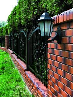 Кирпичный забор-сочетание стиля и хорошей надежности |