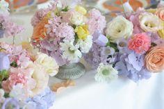 パステルミックスカラーの会場装花、最後の仕上げにいれたのは白いスカビオサのアルバ、という品種です。シェ松尾天王洲倶楽部様の装花でした。祭壇装花はスズランと...