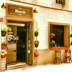 Carrer Tallers 75. Nice bar/ restaurant serving empanadas (filled pastries from Argentina) and pizza by the slice. Budget 7-10€. Also next door is the Club De La Hamburguesa where they serve nice burgers, I especially like the mexican one.  //Mucci's in Barcelona, Cataluña