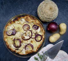 Tarte aux pommes de terre, céleri-rave et oignons rouges Celerie Rave, Vegetable Pizza, Vegetables, Desserts, Food, Apple Pie, Onions, Herbes De Provence, Seasonal Recipe