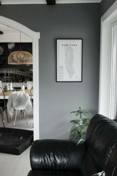 vardagsrum, gråa väggar, poster, david ehrenstråhle, minigran, inomhusgran, a guide to new york, tavla, tips på ramar, ram 42X70, köpa ramar...