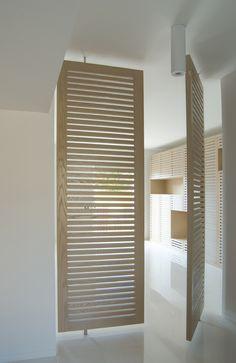 Louvred pivot doors: SMN studio di architettura G.L. Sylos Labini e Partners — Casa V