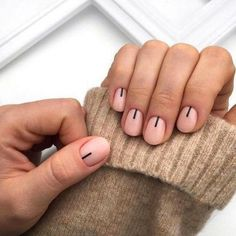 Simple nail art: 7 minimal nail styles DIY to copy - Blog di moda Funky Nails, Cute Nails, Pretty Nails, Minimalist Nails, Minimalist Style, Gradient Nails, Holographic Nails, Sparkle Nails, Solid Color Nails