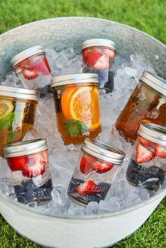 Seau de glaçe avec pots Mason remplis de thé glaçé aux fruits