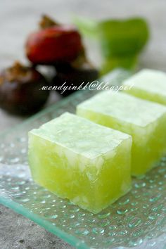 I saw this green thing dessert at a dimsum shop. I was curious and so I ordered one serving. To my surprise it was waterchestnut 'cake' ...